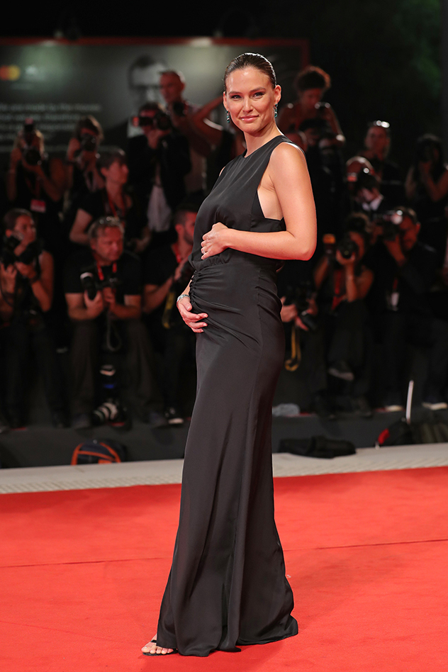 בר רפאלי מציגה הריון שלישי על השטיח האדום (צילום: Vittorio Zunino לגטי אימג'ס)