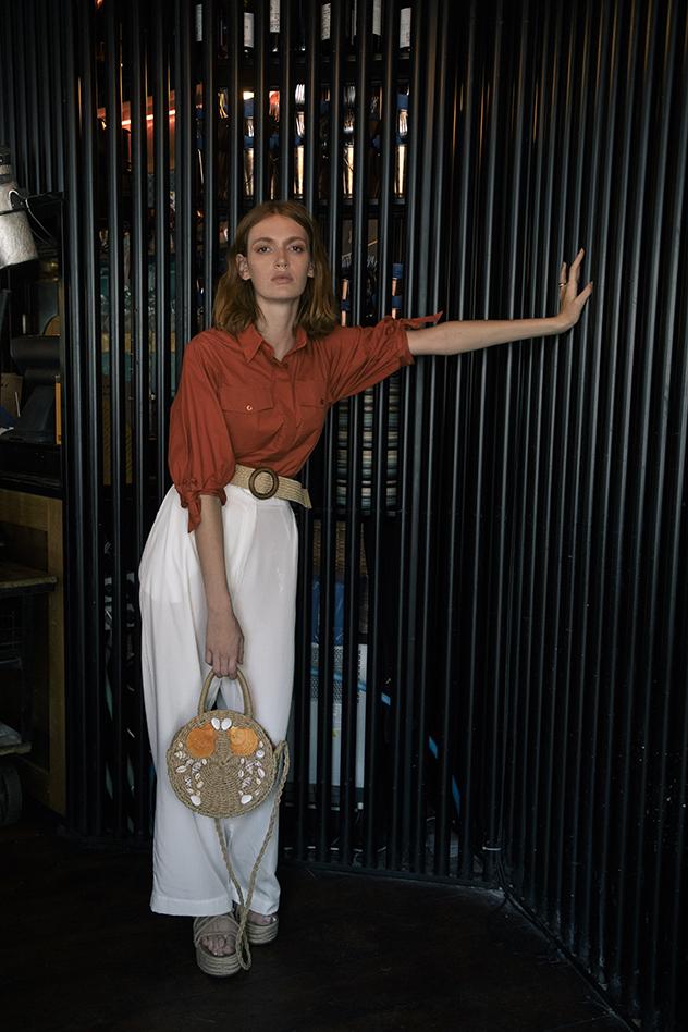 סטיילינג: סיוון קריחלי, חולצה: JUSTEVA, מכנסיים: JUSTEVA, חגורה: Liyona, תיק: עיצוב אישי  נעליים: פול אנד בר