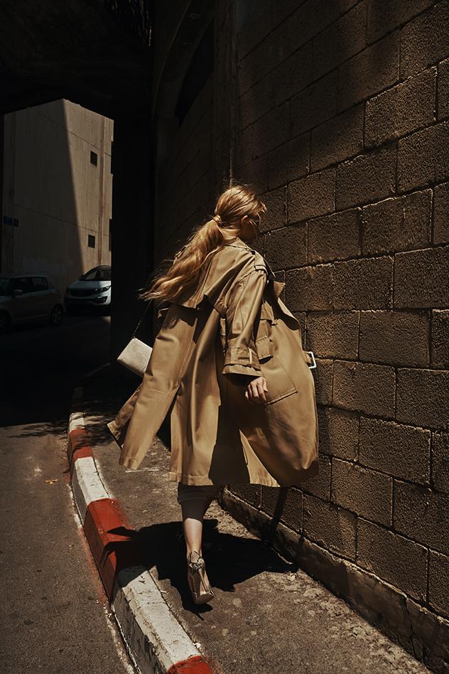 סטיילינג: בר פרידמן, חולצה מכופתרת: H&M, מכנסיים: טופשופ, נעליים: סטיב מאדן, טרנץ': זארה, שרשראות: טרמינל איקס, תיק: אלדו