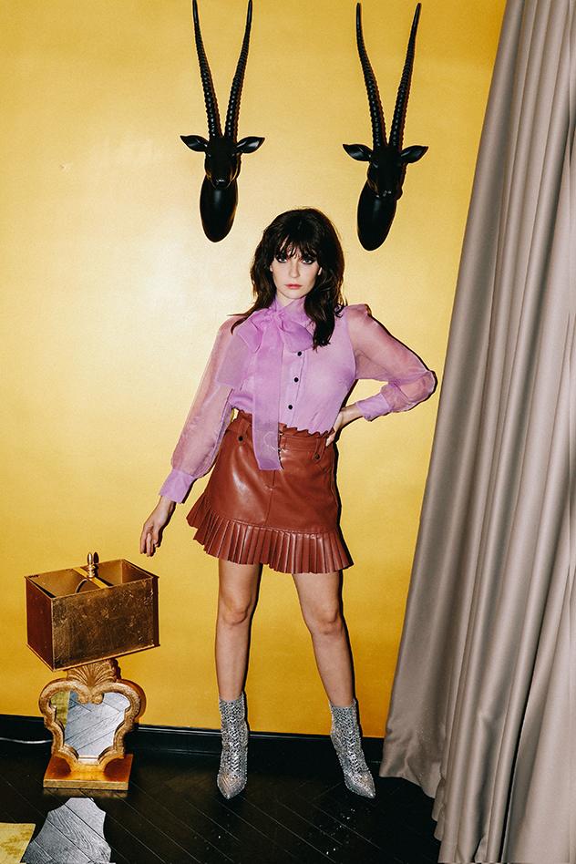 סטיילינג: ליאל לוי, מכופתרת סגולה: זארה, חצאית עור: פול אנד בר, מגפיים כסופים: סטיב מאדן