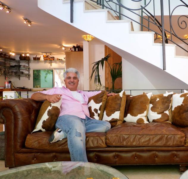 דני מזרחי בביתו בהרצליה פיתוח, מתוך ראיון עמו ב-xnet מ-2013 (צילום: איתי סיקולסקי)