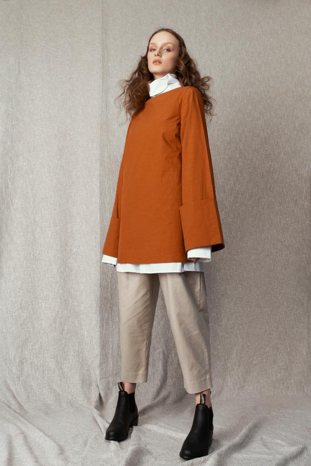 סטיילינג: נורית דג'מל. מכנסיים וחולצות: COS, נעליים: בלנסטון (צילום: שי פרנקו)