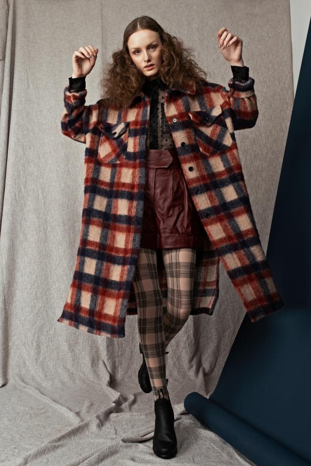סטיילינג: דריה זינגר. מכנסיים: טומי הילפיגר, חולצה: סטרדיווריוס, גרביונים: זוהרה, מעיל: Seestarz, נעליים: בלנסטון (צילום: שי פרנקו)