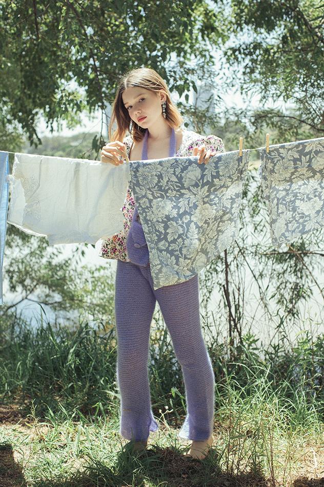 חולצה: asos.com, מכנסיים ותיק סרוגים: נויה רביב, עגילים: Sheynushka (צילום: רותם ברק)