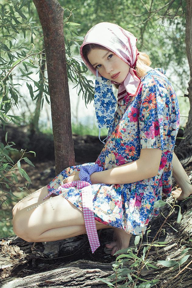 """שמלה: רוברט זלוטניק ל""""רזילי"""", כובע: מנגו, תכשיטים: Sheynushka (צילום: רותם ברק)"""