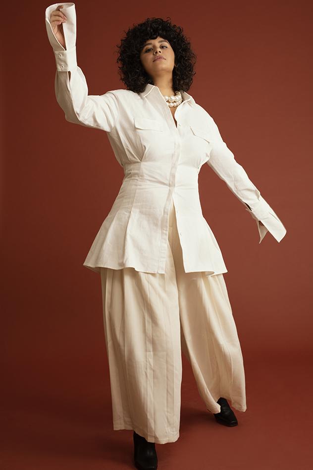 סטיילינג של רוק חוג׳ראת -חולצה: עדיקה, מכנסיים: Retema, פנינים: קרן וולף, מגפיים: Black&White
