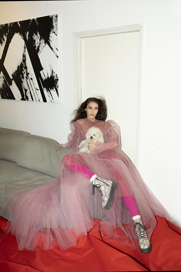 סטיילינג: נועה שאבי. שמלה: חן הדר, גרביונים אדומים: פילו, נעליים: H&M (צילום: זוהר שטרית)