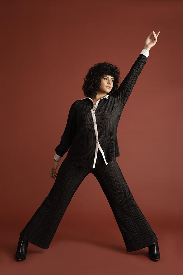 סט טופ ומכנסיים: Aimee, טבעת: מיכל בן עמי, נעליים: Black&White