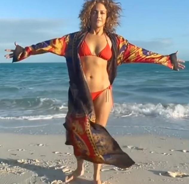 ג'ניפר לופז חוגגת את החיים בגיל 51 (צילום: אינסטגרם Jennifer Lopez)