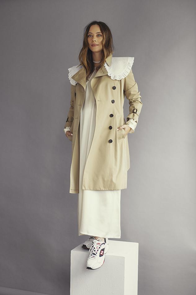 שמלה: Totèm ל-Verner | מעיל: Burberry לפקטורי 54 | צווארון: Shuna Collar | נעליים: New Balance (צילום: שי פרנקו)