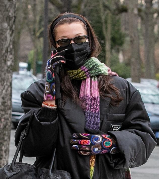 בלה חדיד מדגימה, ולא חוסכת גם בכפפות (צילום: Marc Piasecki/GC Images)