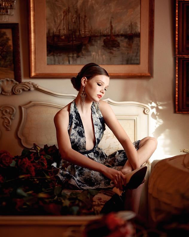 שמלה: שיר גולדמן, עגילים: הגלריה של אלמוג, נעליים: אוסף פרטי (צילום: הדר ברל)