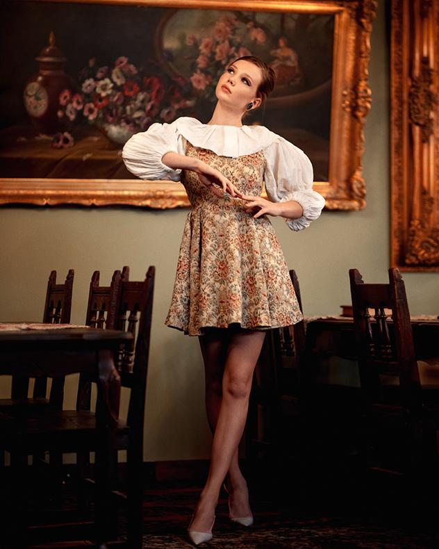 שמלות: Booba Macho, גרביים: גוצ'י, עגילים: הגלריה של אלמוג, נעליים: יאנגה (צילום: הדר ברל)