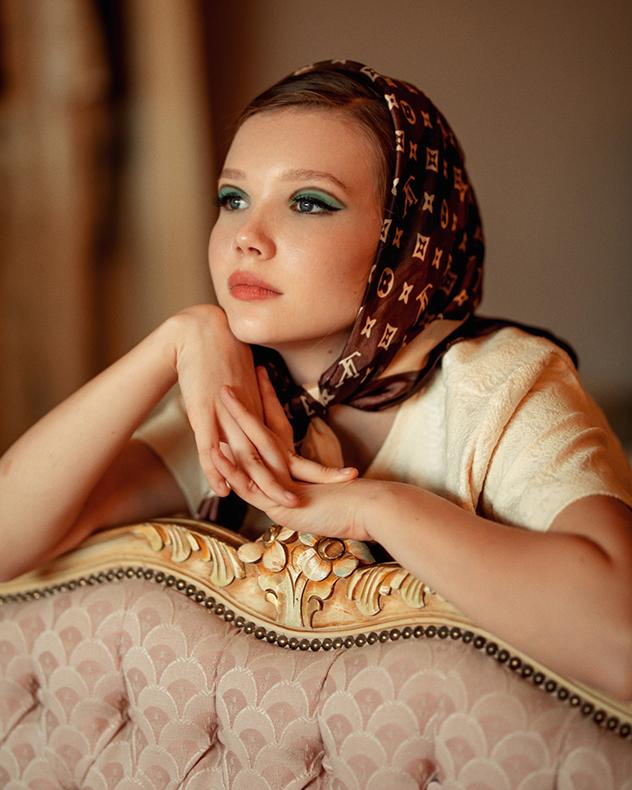 עליונית וחצאית: שיר גולדמן, שמלה תחתית: נעמה בצלאל, מטפחת: לוני וינטג' (צילום: הדר ברל)
