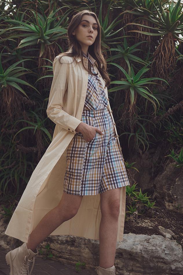 חליפה: מירית רודריג, שמלה פתוחה: COS, נעליים: H&M (צילום: דור ארזי)