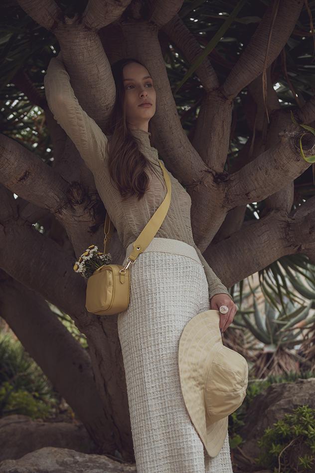 סטיילינג: איווט בן יוסף, חולצה ותיק: H&M, חזייה: American vintage, מכנסיים ונעליים: מנגו, כובע: מירית רודריג (צילום: דור ארזי)