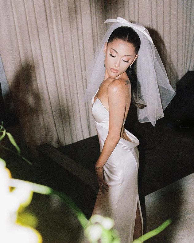 אי אפשר לשכוח את שמלת הכלה המטריפה שלבשה לפני שבועיים  (צילום: אינסטגרם Ariana Grande)