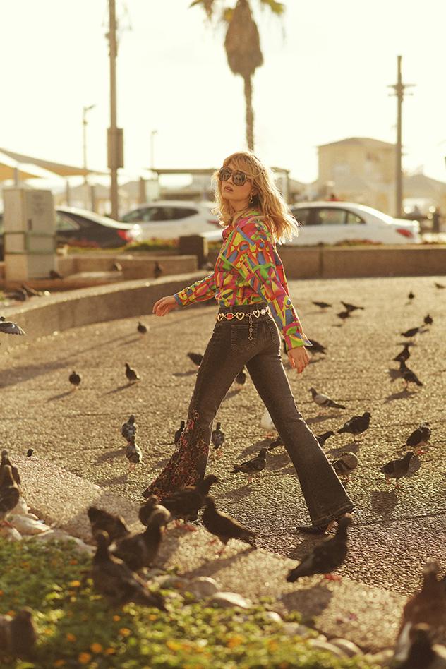 מכופתרת: ורסאצ׳ה ל-love me two times   ג׳ינס וחגורה: love me two times   נעליים: chelsy   משקפיים: oeuvres (צילום: ערן לוי)