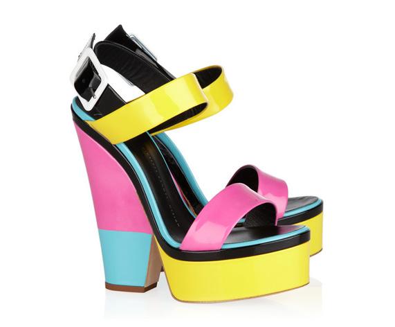 את אלה עדיין לא. נעליים של ג'וזפה זנוטי ב-695 דולר באתר net-a-porter.com   צילום מסך